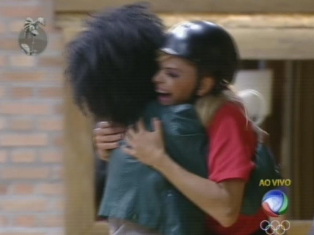 Simone Sampaio recebe Léo Áquilla com abraço após vitória na prova do fazendeiro (25/7/12)