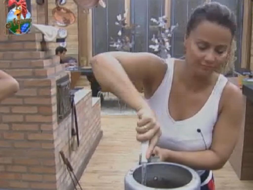 Viviane Araújo prepara almoço (25/7/12)