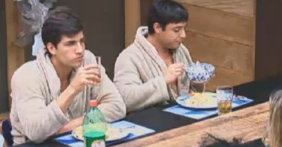 Adversários na roça desta noite, Diego Pombo e Vavá jantam lado a lado (26/7/12)