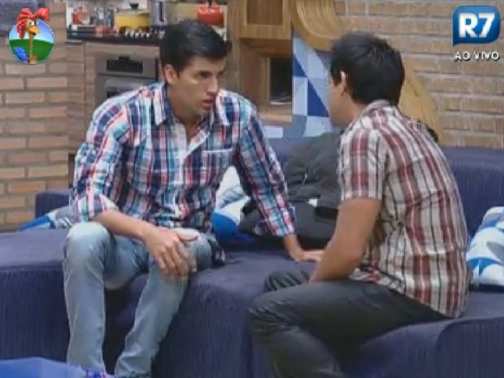 Antes da roça, Vavá (dir.) pede para Diego Pombo (esq.) tranquilizar sua família se for eliminado (26/7/12)