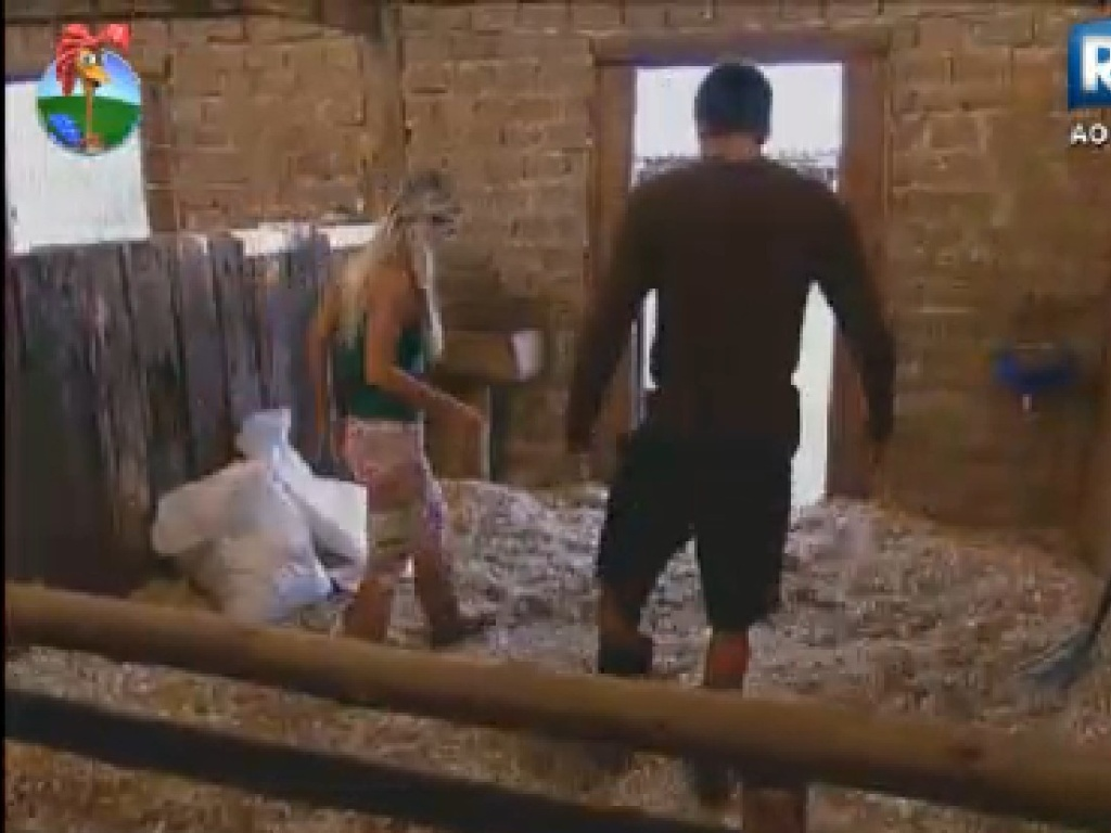Aparentemente resolvidos, Diego Pombo e Robertha Portella se ajudam nas tarefas (26/7/12)