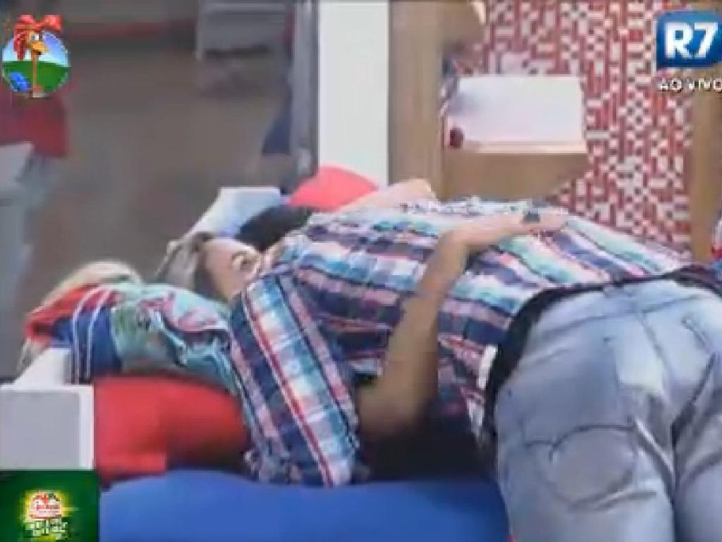 Diego Pombo abraça Robertha Portella antes da eliminação desta quinta-feira (26/7/12)