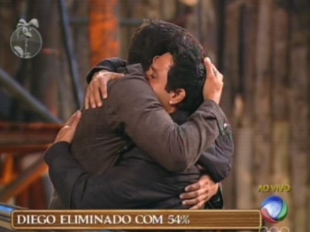 Diego Pombo e Vavá se abraçam após eliminação do árbitro (26/7/12)