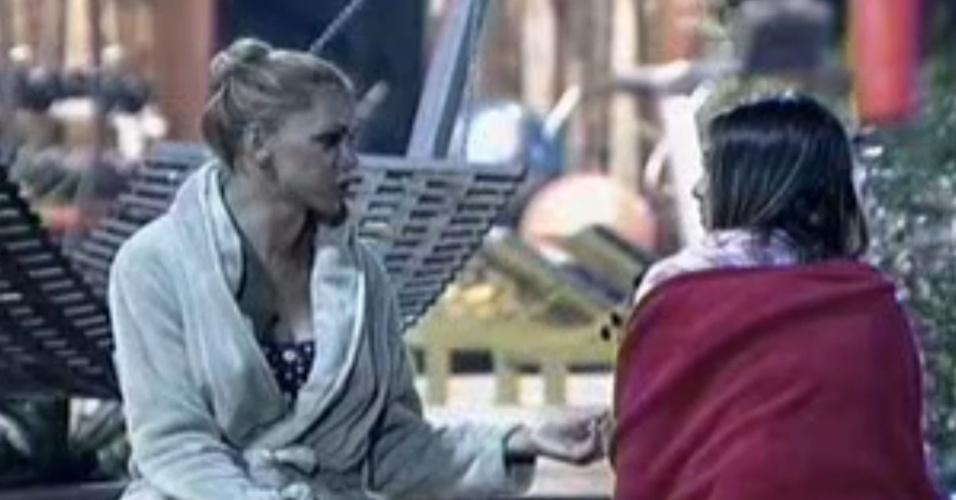 Léo Áquilla e Nicole Bahls fazem as pazes após votarem uma  na outra (26/7/12)
