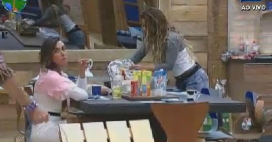 Nicole Bahls e Viviane Araújo dividem mesa do café da manhã em silêncio no reality