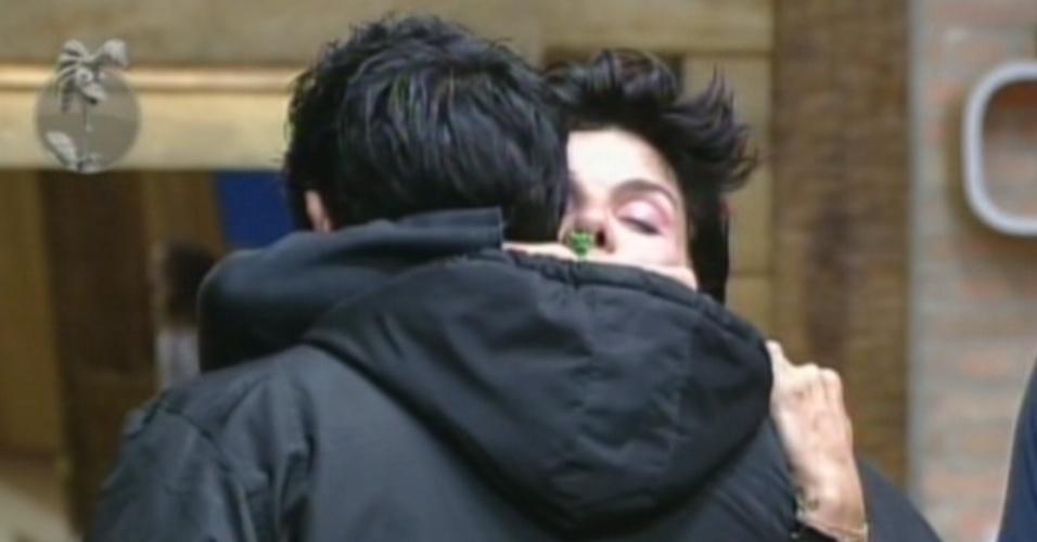 Penélope Nova abraça Vavá após eliminação de Diego Pombo (26/7/12)