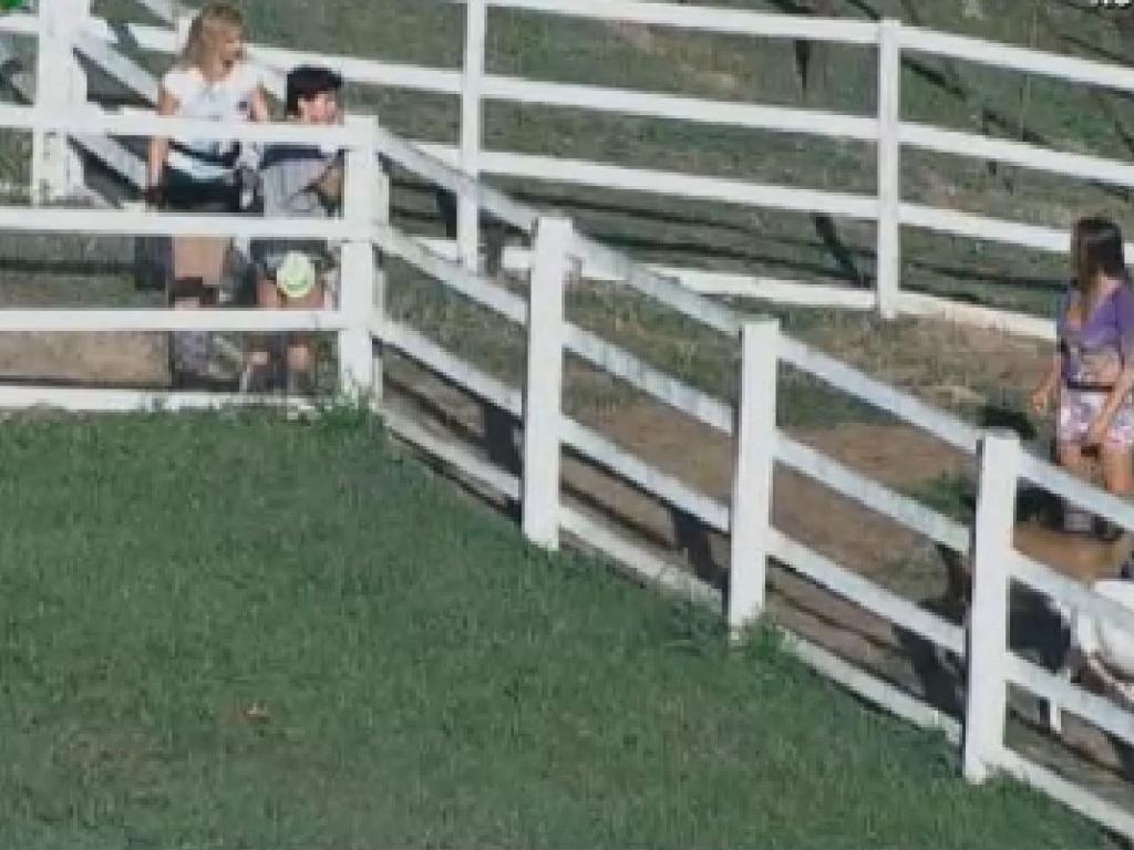 Ao lado da fazendeira Léo Áquilla, Penélope conversa com Nicole sobre os animais (27/7/12)
