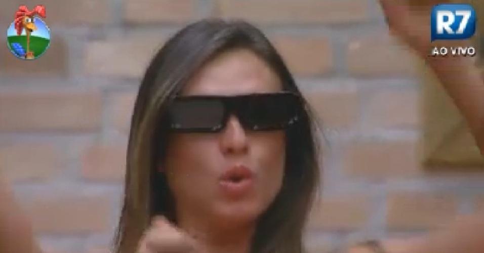 Com óculos 3D, Nicole Bahls assiste à abertura dos jogos Olimpícos em