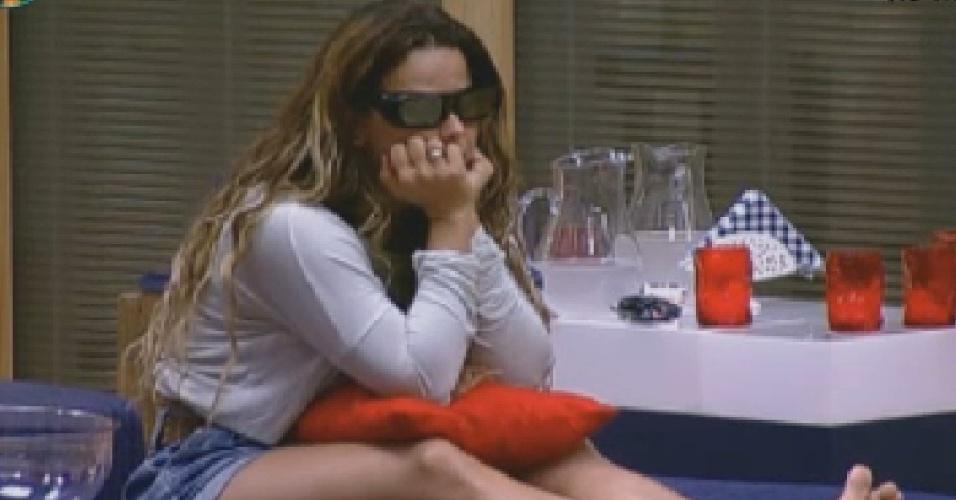 Com óculos 3D, Viviane Araújo assiste a abertura das Olimpíadas de Londres (27/7/12)