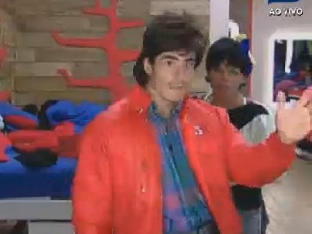 Felipe Folgosi usa peruca com mullets para a festa anos 80 desta sexta-feira (27/7/12)
