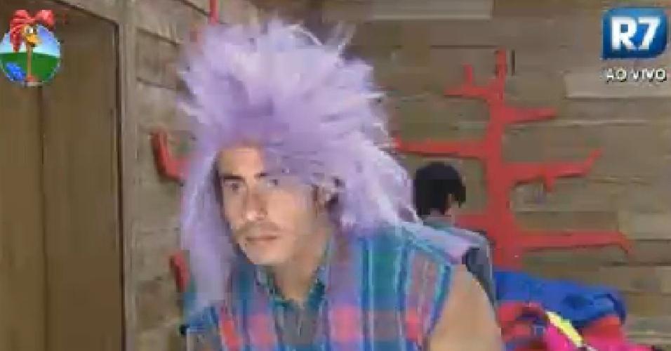 Felipe Folgosi veste peruca para a festa anos 80 desta sexta-feira (27/7/12)