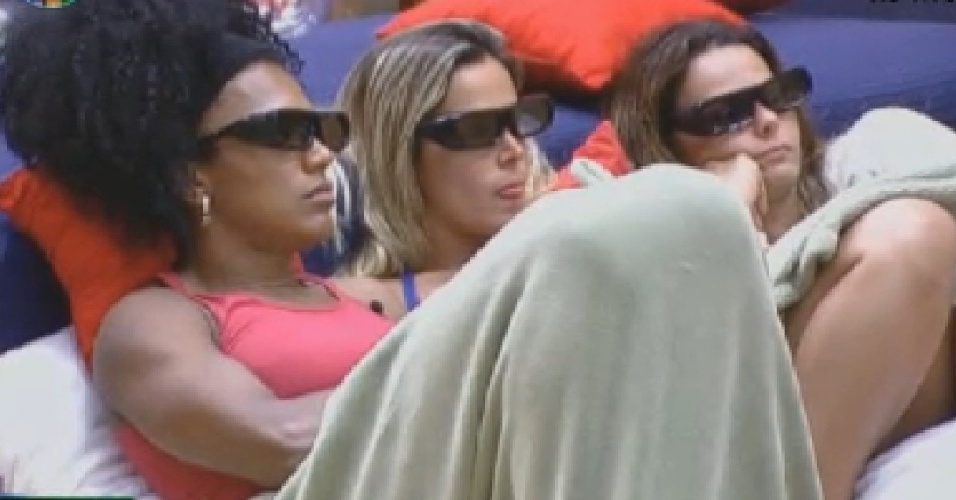 Simone Sampaio, Robertha Portella e  Viviane Araújo assistem à abertura dos jogos Olimpícos (27/7/12)