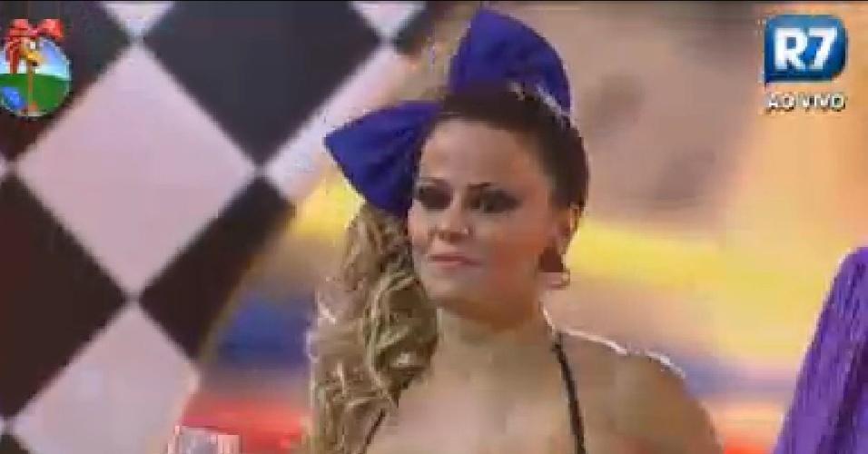 Viviane Araújo dança durante festa anos 80 em