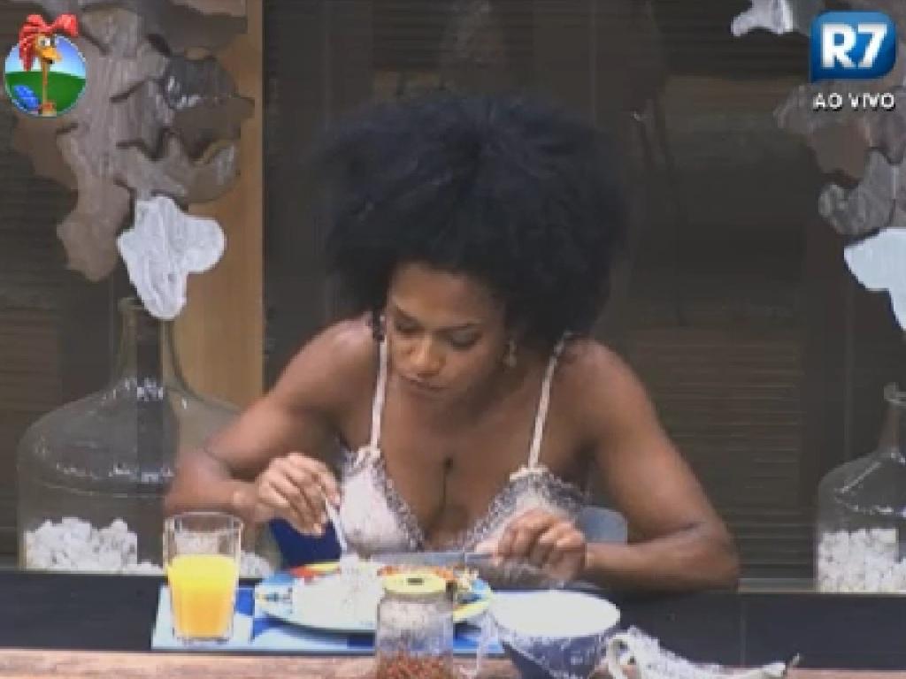 Após longo cochilo, Simone Sampaio acorda e prepara um prato de comida (28/7/12)