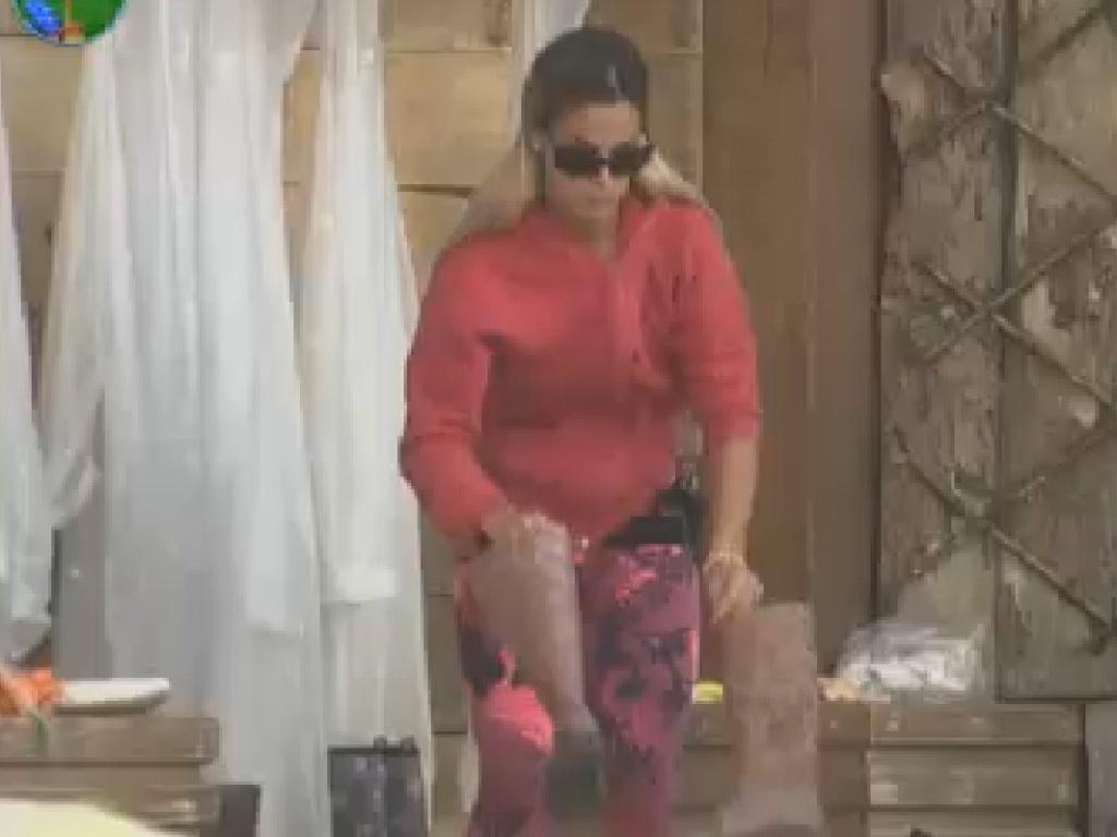 Robertha Portella coloca bota antes de ir cuidar dos animais (28/7/12)