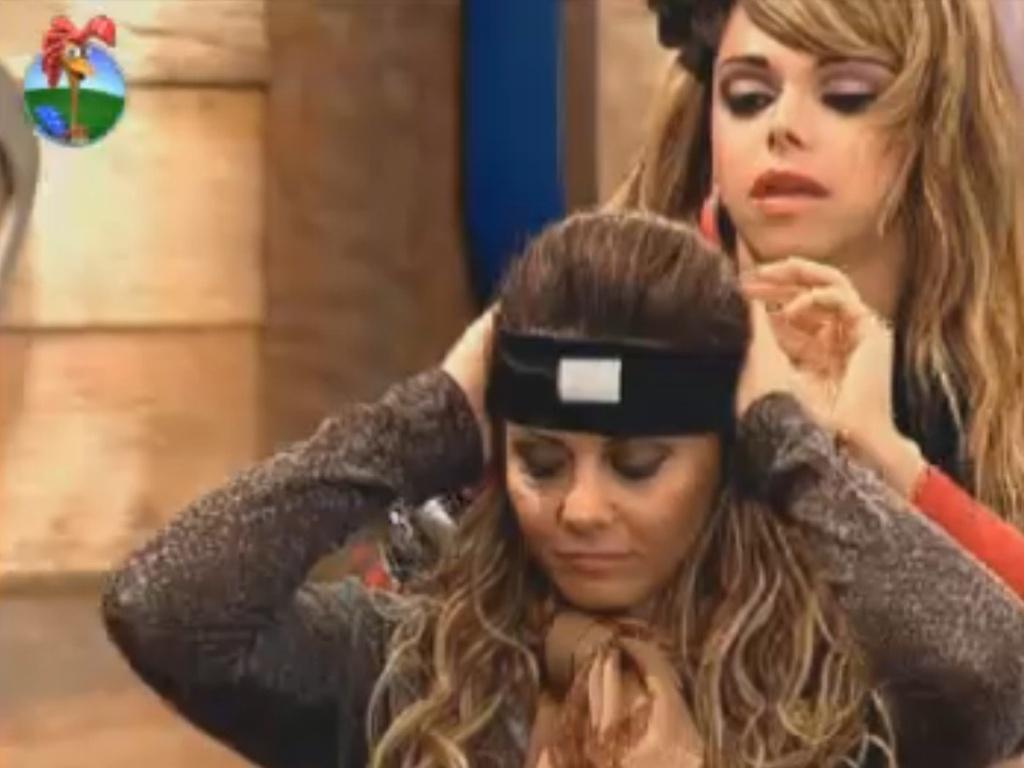 Léo Áquilla prende faixa na testa de Viviane Araújo (29/7/12)