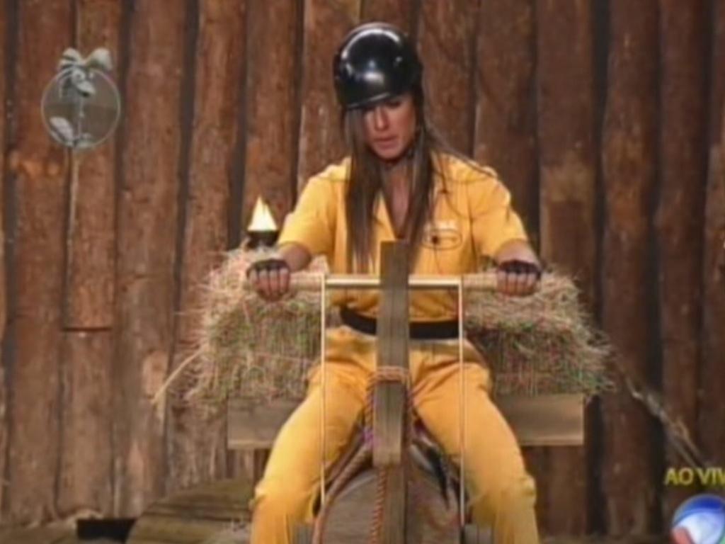 Nicole Bahls carrega feno em cavvalo de madeira na prova da chave (29/7/12)