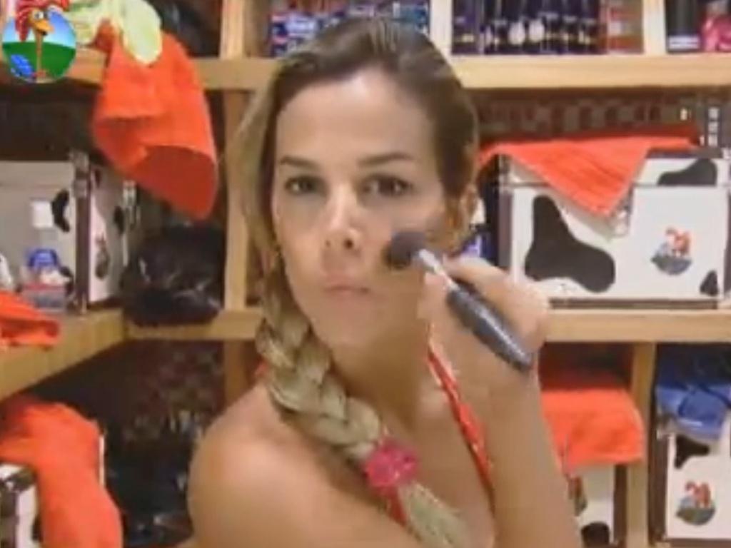 Robertha Portella se maquia para prova da chave (29/7/12)
