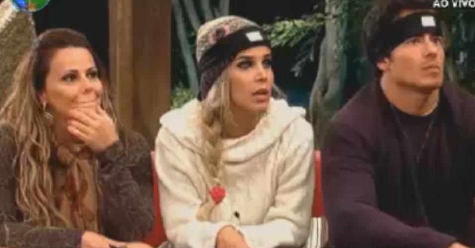 Viviane Araújo, Robertha Portella e Felipe Folgosi pretam atenção em brincadeira de avinhação (29/7/12)