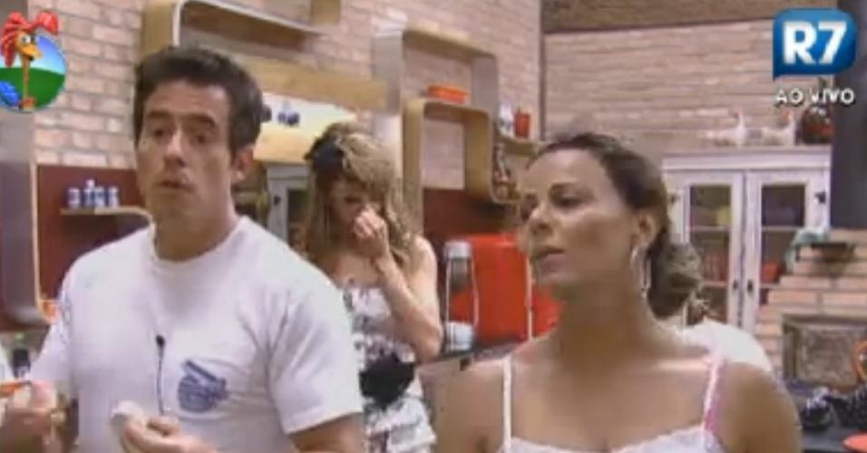 Felipe Folgosi e Viviane Araújo cantam Beatles na cozinha (31/7/12)