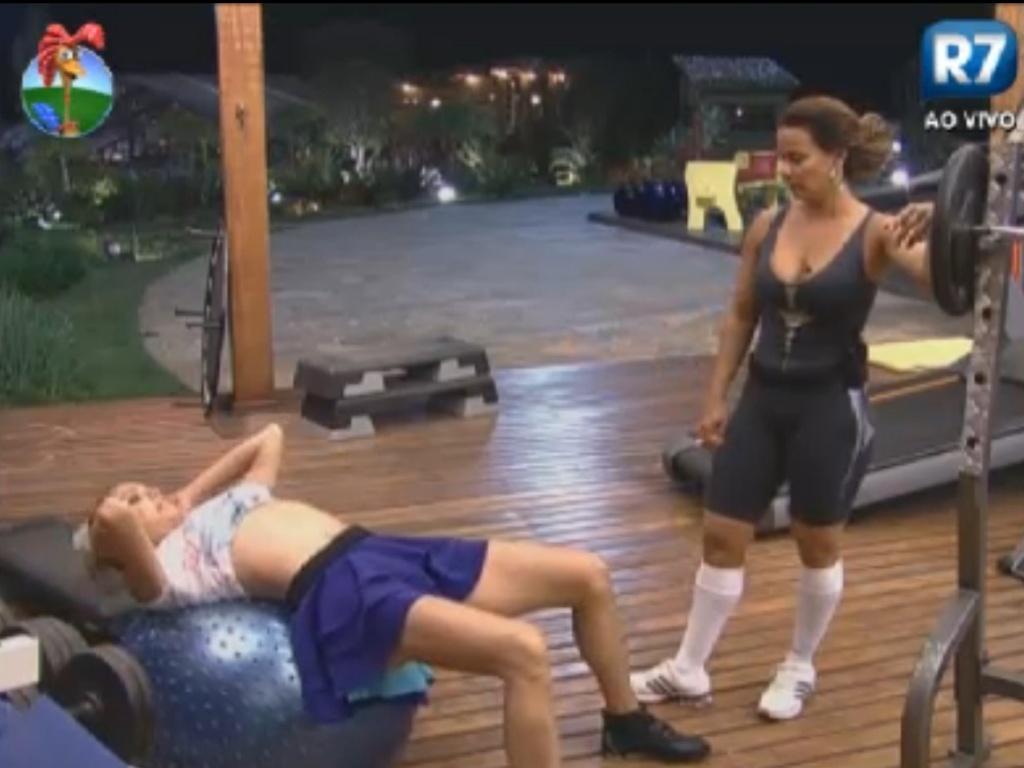 Léo Áquilla faz exercícios abdominais supervisionada por Viviane Araújo (31/7/12)