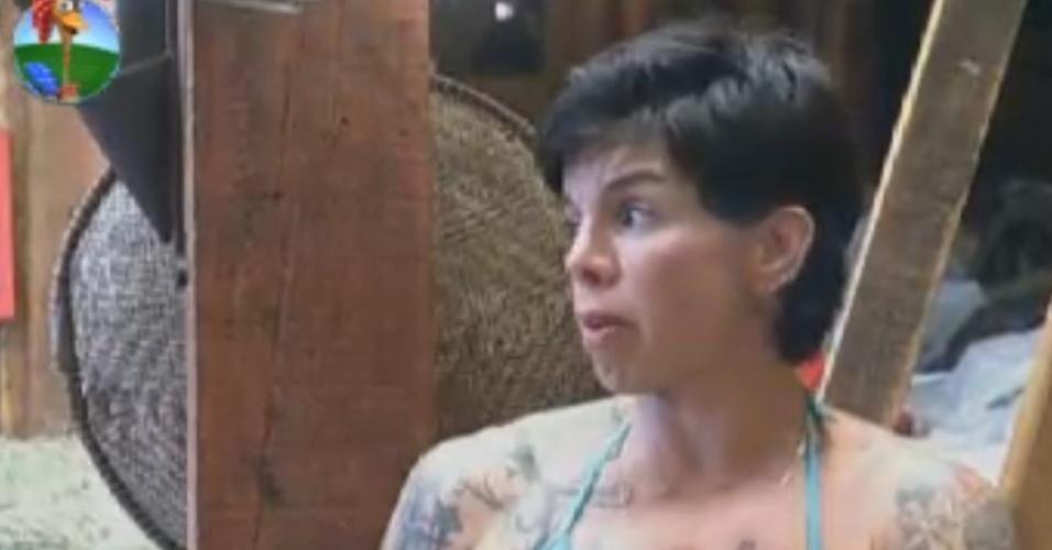 No celeiro, Penélope Nova diz que sente saudade das fotos do marido (31/7/12)