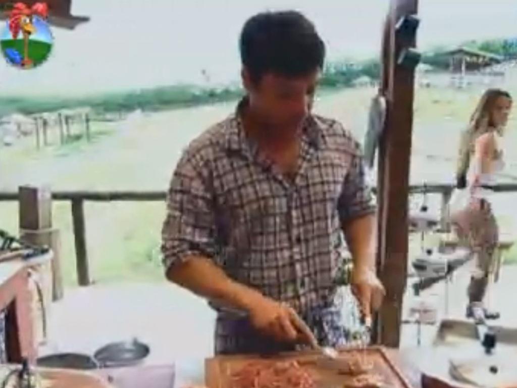 No celeiro, Vavá começa a preparar temperos para o almoço (31/7/12)