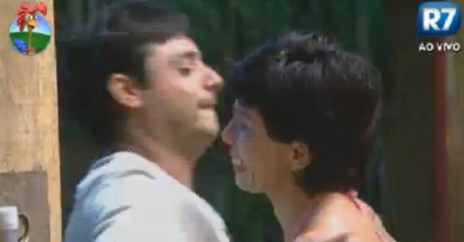 Penélope chora de saudades do marido e recebe abraço de Vavá (31/7/12)