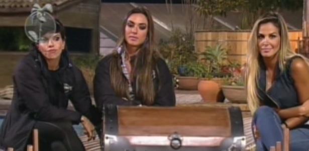 """Irritada com a ex-panicat, Robertha (dir.) definiu"""": """"É o fantástico mundo de Nicole"""""""