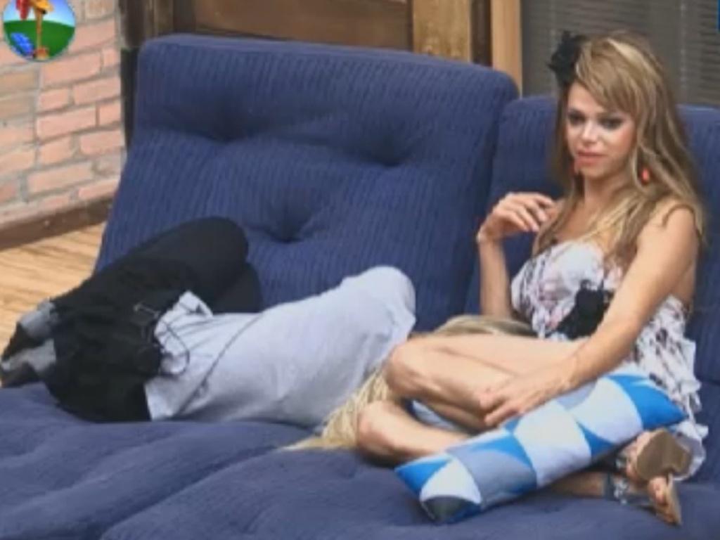 Robertha Portella dorme no colo de Léo Áquilla (31/7/12)