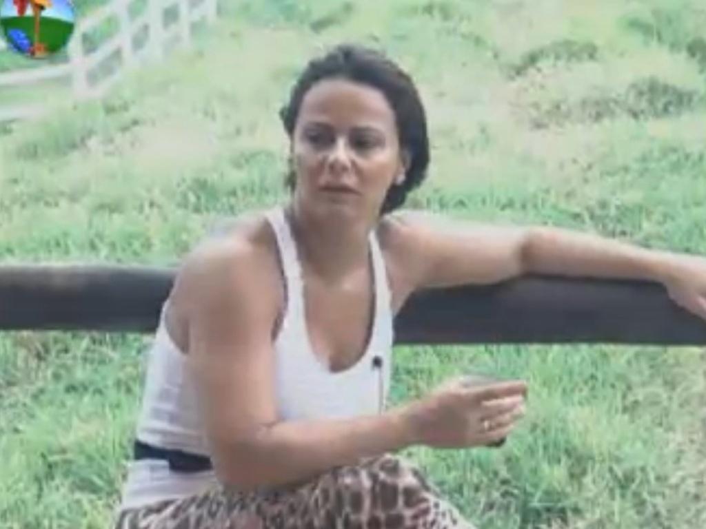 Viviane Araújo toma café no celeiro (31/7/12)