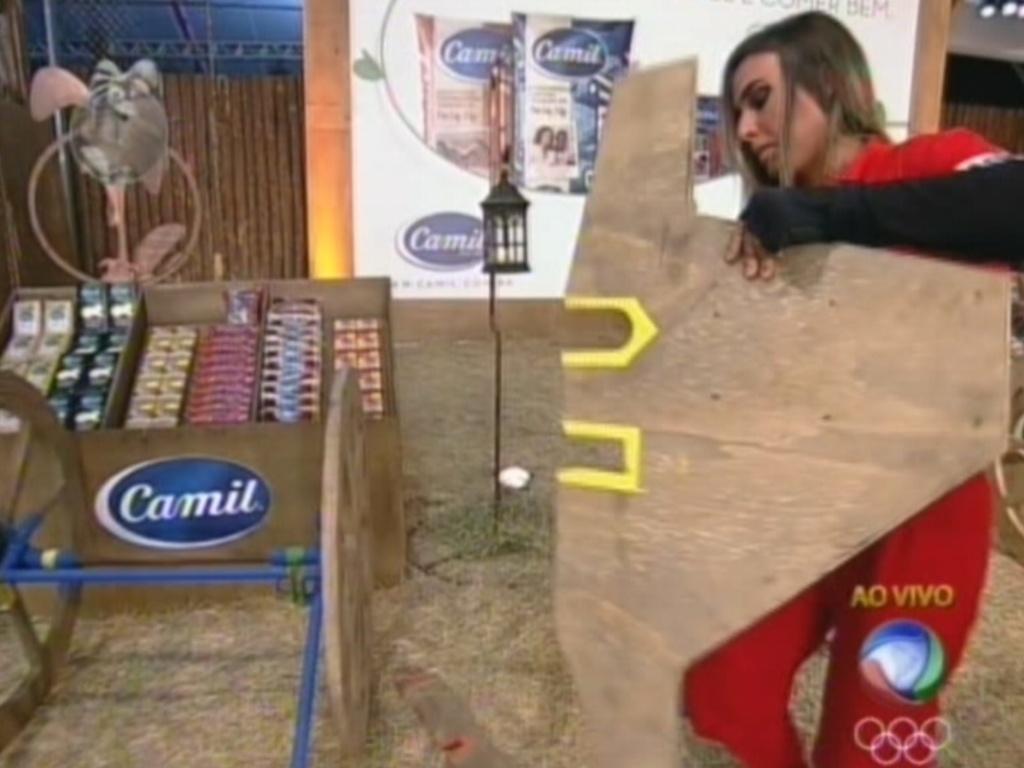 Nicole Bahls carrega peça para montar carroça de madeira na prova do fazendeiro (1/8/12)