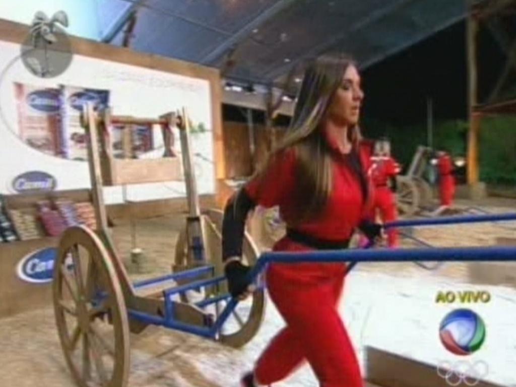 Nicole Bahls é a primeira a montar carroça e sai na frente na prova do fazendeiro (1/8/12)