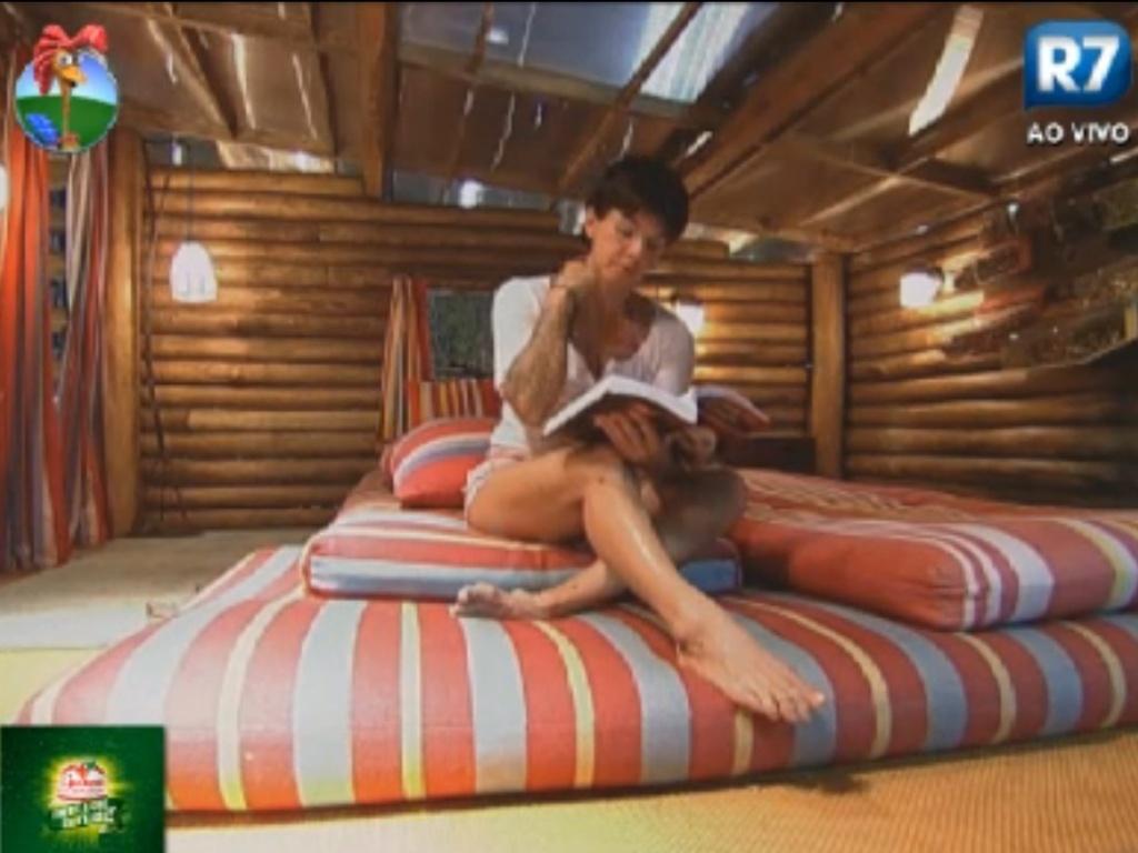 Penélope Nova lê um livro sozinha na casa d'árvore (1/8/12)