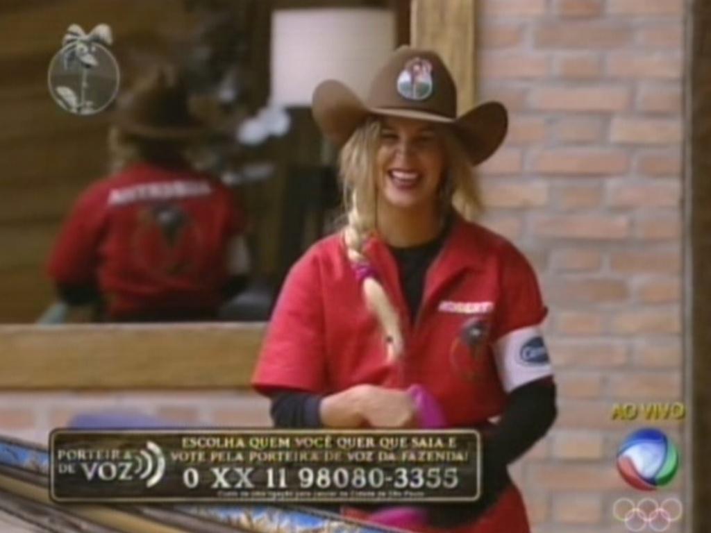 Roberhta Portella veste o chapéu de fazendeira depois de vencer a prova (1/8/12)