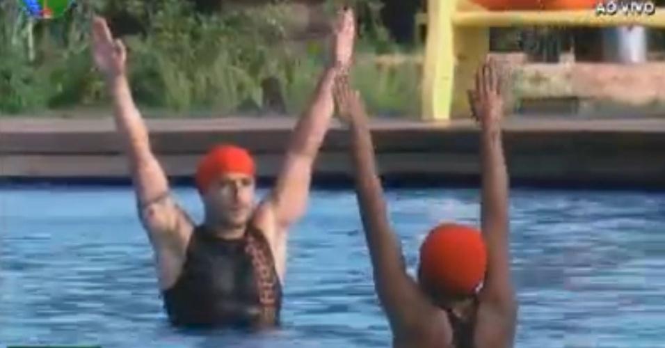 Vavá e Simone Sampaio fazem passos de nado sincronizado na piscina (1/8/12)