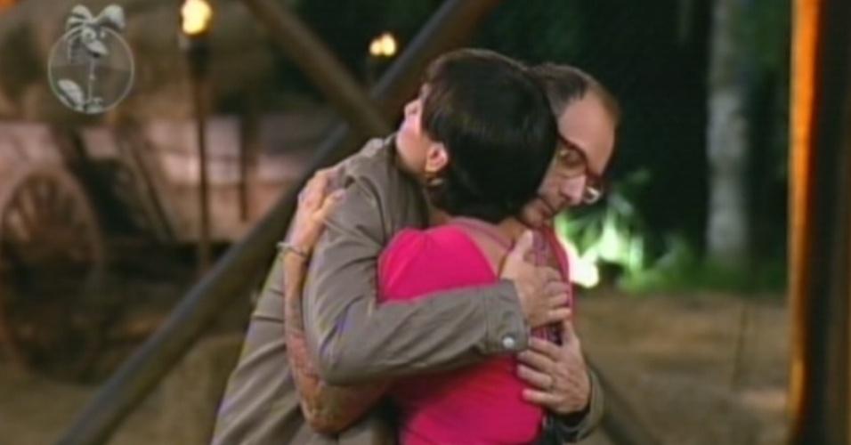 Britto Jr. abraça Penélope Nova após peoa ser eliminada com 68% dos votos (2/8/12)