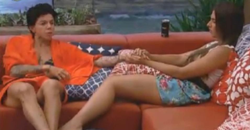 Penélope Nova e Nicole Bahls conversam de mãos dadas na varanda (2/8/12)