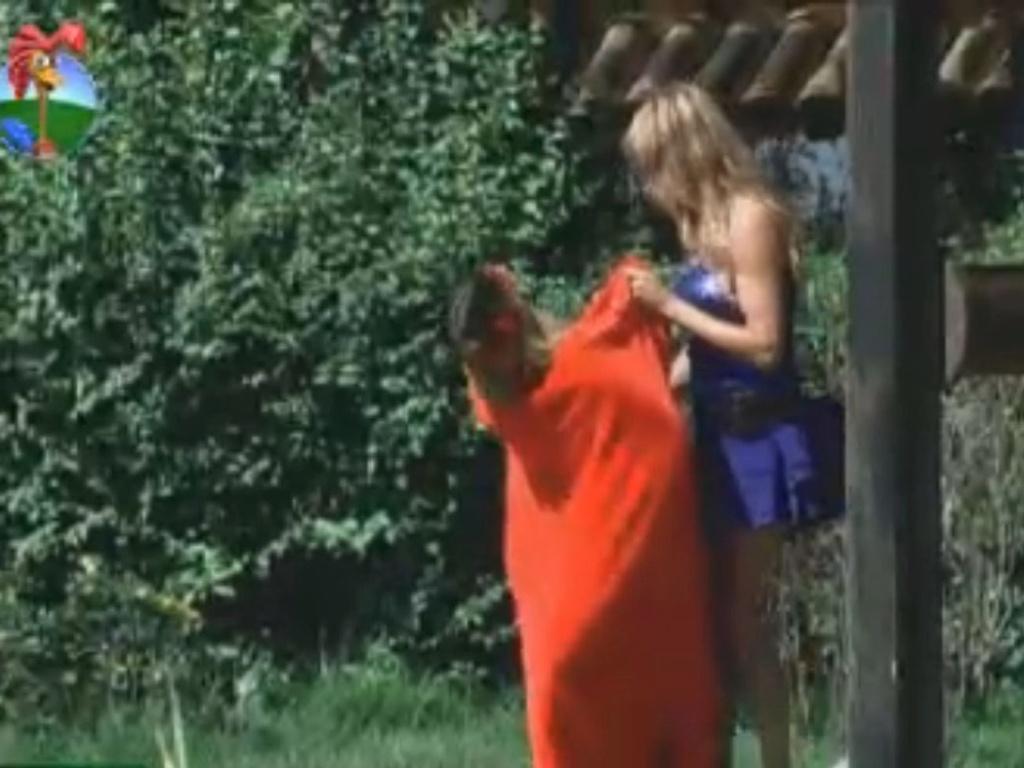 Léo Áquilla segura toalha para Robertha trocar de roupa (3/8/12)