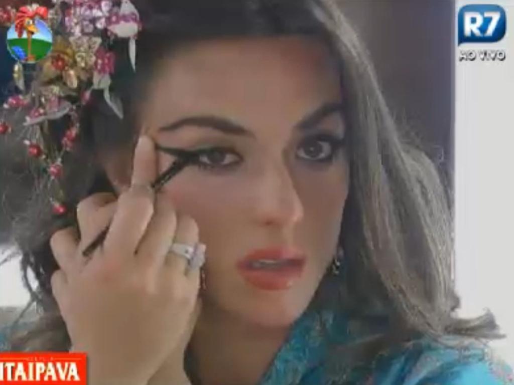 Nicole Bahls passa maquiagem para a festa chinesa desta sexta-feira (3/8/12)