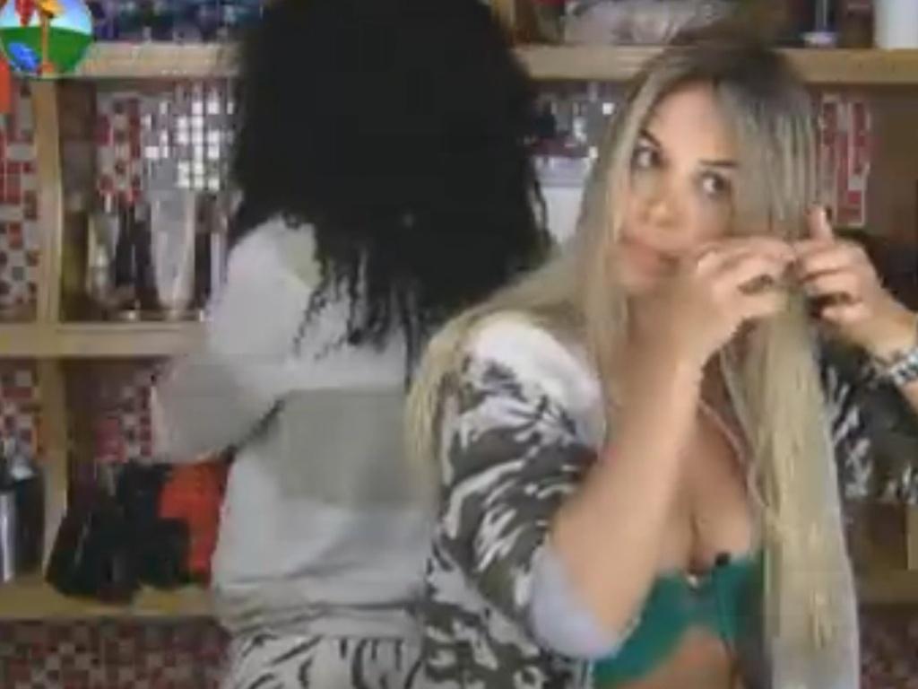 Robertha Portella escova os cabelos depois de acordar (3/8/12)
