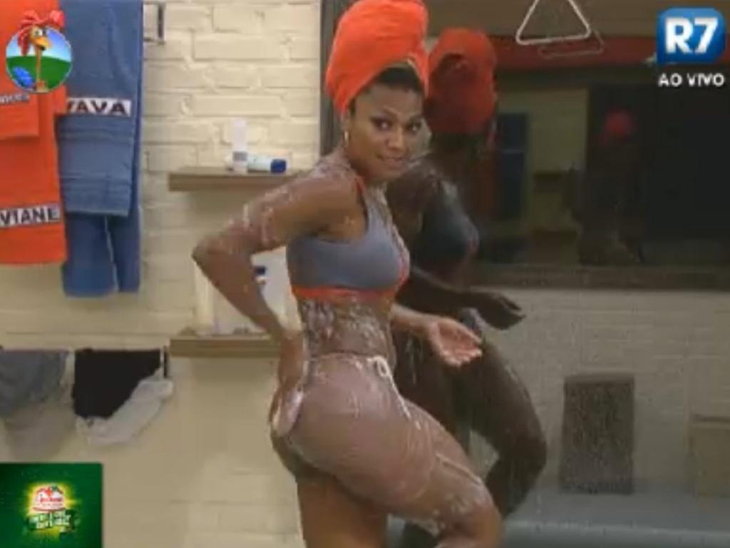 Simone Sampaio exibe corpo malhado durante banho em