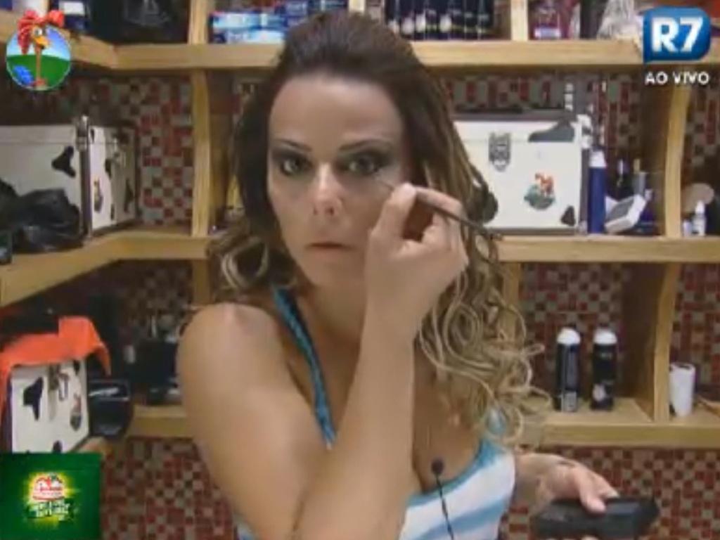Viviane Araújo começa a se arrumar para a festa desta sexta-feira (3/8/12)