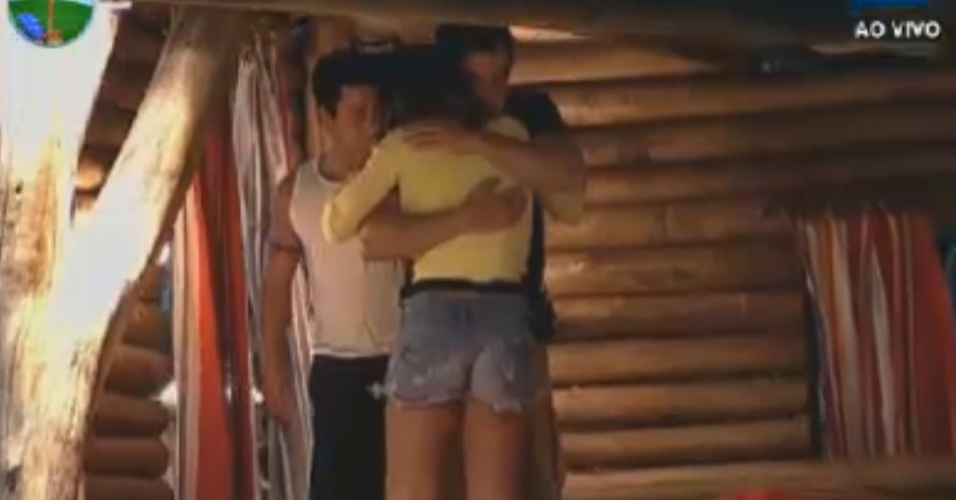 Felipe Folgosi abraça Nicole Bahls depois de ter crise de choro (4/8/12)