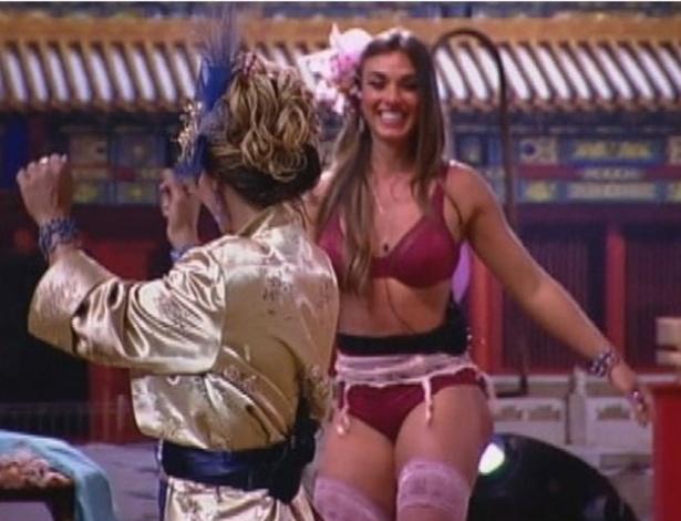 Viviane Araújo (de costas) incentiva Nicole Bahls a dançar na Festa China (3/8/12)