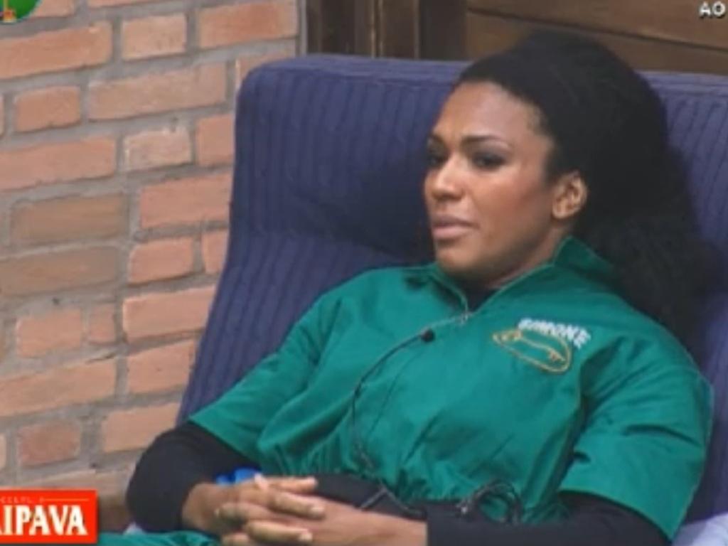 Uniformizada para a prova da chave, Simone Sampaio conversa sobre limpeza com os peões (5/8/12)