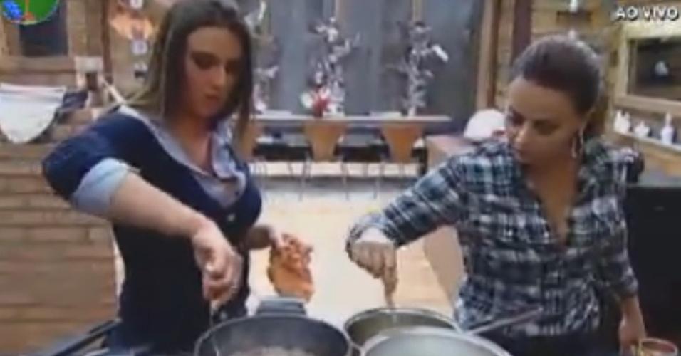 Nicole Bahls (esq.) e Viviane Aráujo (dir) cozinham lado a lado em