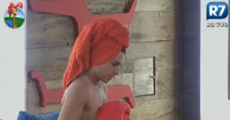 Nicole Bahls tem dificuldades para trocar de roupa embaixo do edredom (6/8/12)