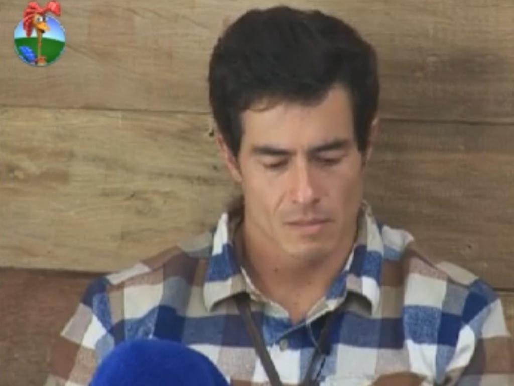 O ator Felipe Folgosi se emociona ao ouvir seleção de músicas antes do almoço (6/8/12)