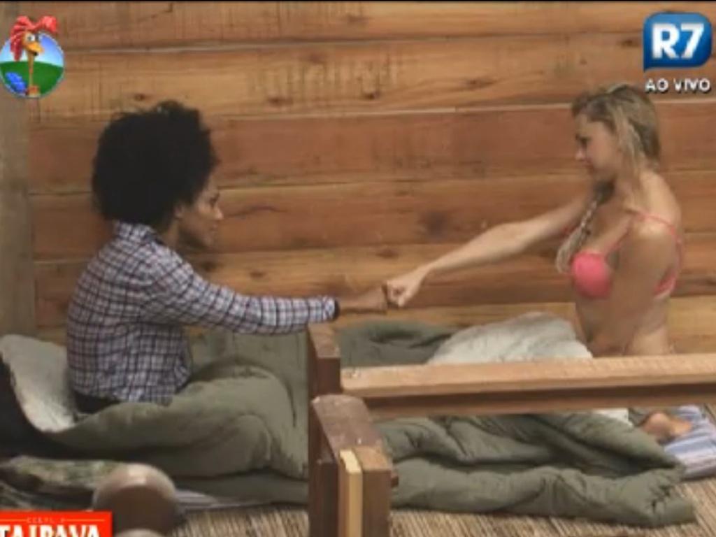 Simone Sampaio (esq.) e Léo Áquilla (dir.) jogam purrinha no celeiro (6/8/12)